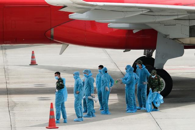 Chuyến bay đầu tiên đưa 207 người mắc kẹt ở tâm dịch Đà Nẵng về tới Hà Nội - Ảnh 5.
