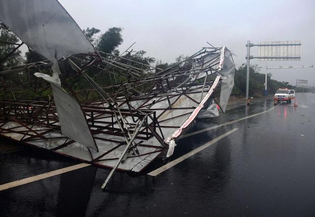 Cơn bão nóng tính tập kích TQ: Xé rách nhà xưởng, bẻ gãy đèn giao thông, quật ngã cảnh sát trực chiến - Ảnh 5.