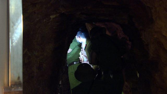 Bên trong căn hầm chứa hàng chục tấn vàng giả của nhà ngoại cảm lừa đảo chiếm đoạt tiền tỷ - Ảnh 6.