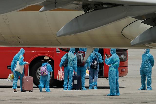 Chuyến bay đầu tiên đưa 207 người mắc kẹt ở tâm dịch Đà Nẵng về tới Hà Nội - Ảnh 6.