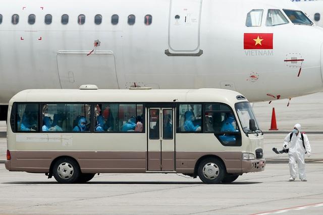 Chuyến bay đầu tiên đưa 207 người mắc kẹt ở tâm dịch Đà Nẵng về tới Hà Nội - Ảnh 10.