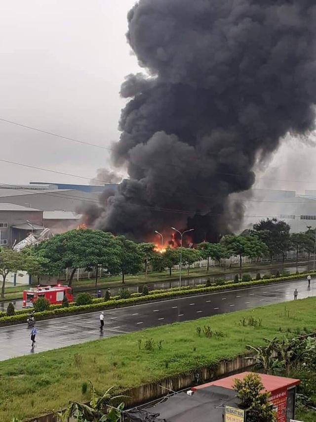 Đang cháy lớn tại khu Công nghiệp Yên Phong, Bắc Ninh - Ảnh 1.