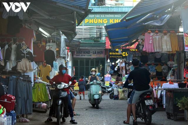 Ảnh: Người Hà Nội đeo khẩu trang đi chợ tuân thủ phòng chống Covid-19 - Ảnh 2.