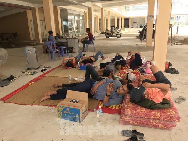 Dân kéo đến ăn nằm tại dự án nhà ở xã hội HQC Nha Trang đòi nhà - Ảnh 1.
