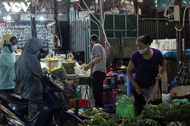 Ảnh: Người Hà Nội đeo khẩu trang đi chợ tuân thủ phòng chống Covid-19 - Ảnh 3.