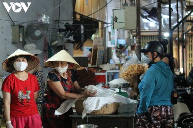 Ảnh: Người Hà Nội đeo khẩu trang đi chợ tuân thủ phòng chống Covid-19 - Ảnh 5.