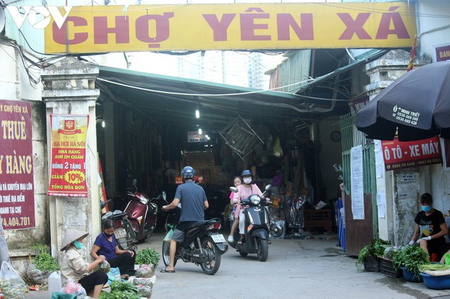 Ảnh: Người Hà Nội đeo khẩu trang đi chợ tuân thủ phòng chống Covid-19 - Ảnh 6.