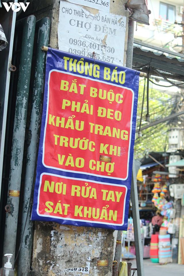 Ảnh: Người Hà Nội đeo khẩu trang đi chợ tuân thủ phòng chống Covid-19 - Ảnh 9.