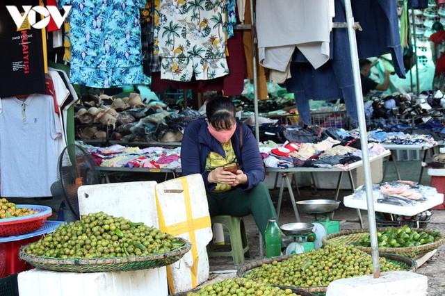 Ảnh: Người Hà Nội đeo khẩu trang đi chợ tuân thủ phòng chống Covid-19 - Ảnh 10.