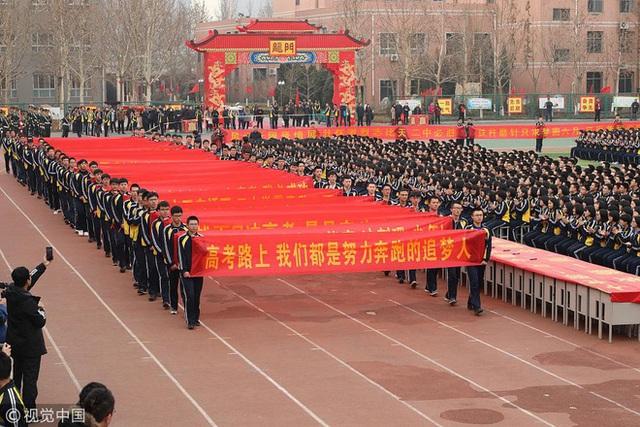 Bên trong trường chuyên khắc nghiệt hàng đầu Trung Quốc: Học 15 tiếng/ngày, phải xây rào chắn ngăn học sinh tự tử - Ảnh 3.