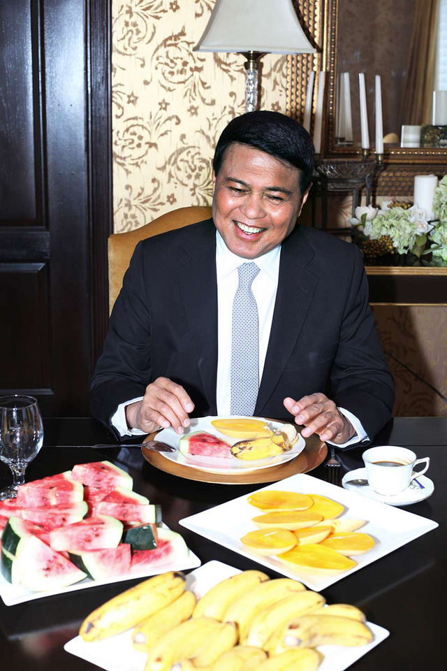 Chuyện chưa kể về tỷ phú giàu thứ 2 Philippines: Tuổi thơ nghèo khổ, vừa học vừa bán cá tới lúc thành ông trùm vẫn chỉ đi xe bình dân - Ảnh 2.