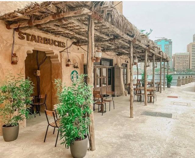 Cửa hàng Starbucks tại xứ siêu giàu gây bất ngờ với mái lá, tường nứt cũ kỹ như kiểu nhà đất Việt Nam - Ảnh 2.