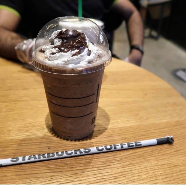 Cửa hàng Starbucks tại xứ siêu giàu gây bất ngờ với mái lá, tường nứt cũ kỹ như kiểu nhà đất Việt Nam - Ảnh 11.