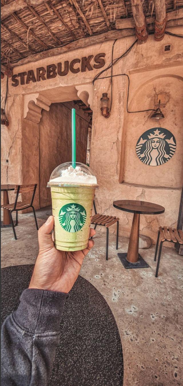 Cửa hàng Starbucks tại xứ siêu giàu gây bất ngờ với mái lá, tường nứt cũ kỹ như kiểu nhà đất Việt Nam - Ảnh 12.