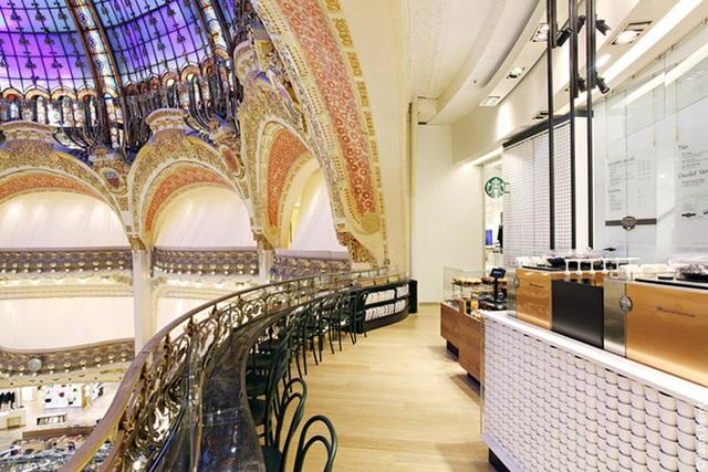 Cửa hàng Starbucks tại xứ siêu giàu gây bất ngờ với mái lá, tường nứt cũ kỹ như kiểu nhà đất Việt Nam - Ảnh 15.