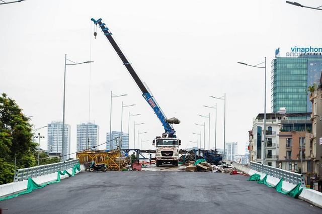 Cận cảnh cây cầu vượt lớn nhất Hà Nội sắp thông xe - Ảnh 4.