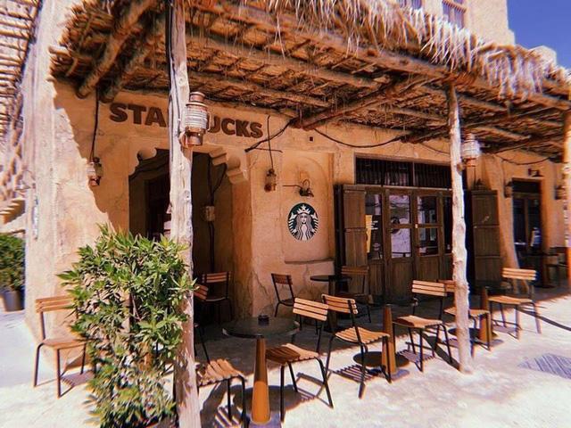 Cửa hàng Starbucks tại xứ siêu giàu gây bất ngờ với mái lá, tường nứt cũ kỹ như kiểu nhà đất Việt Nam - Ảnh 4.