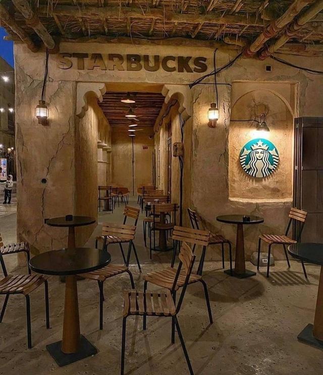 Cửa hàng Starbucks tại xứ siêu giàu gây bất ngờ với mái lá, tường nứt cũ kỹ như kiểu nhà đất Việt Nam - Ảnh 5.
