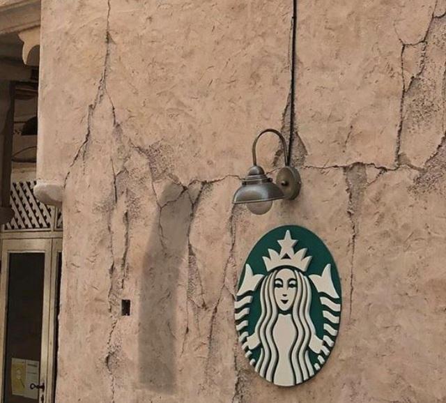 Cửa hàng Starbucks tại xứ siêu giàu gây bất ngờ với mái lá, tường nứt cũ kỹ như kiểu nhà đất Việt Nam - Ảnh 7.