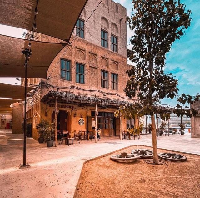 Cửa hàng Starbucks tại xứ siêu giàu gây bất ngờ với mái lá, tường nứt cũ kỹ như kiểu nhà đất Việt Nam - Ảnh 9.