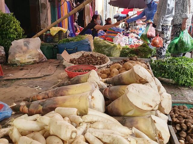 Măng rừng vào mùa tươi ngon, ngập tràn chợ Hà Nội - Ảnh 3.