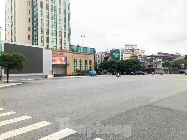 Thành phố Hải Dương vắng lặng ngày đầu giãn cách toàn xã hội - Ảnh 3.