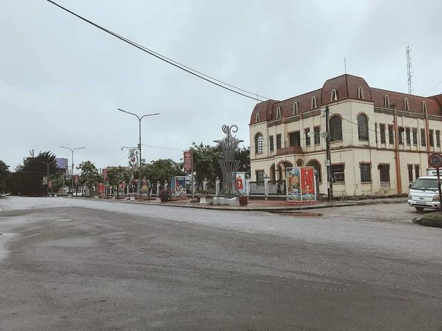 Thành phố Hải Dương vắng lặng ngày đầu giãn cách toàn xã hội - Ảnh 6.