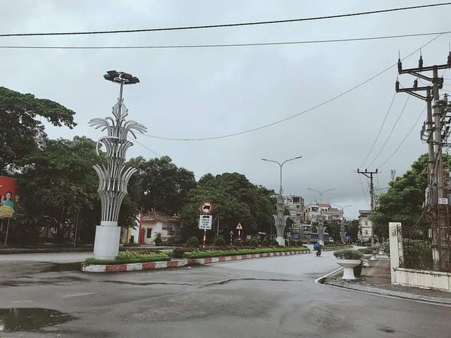Thành phố Hải Dương vắng lặng ngày đầu giãn cách toàn xã hội - Ảnh 8.