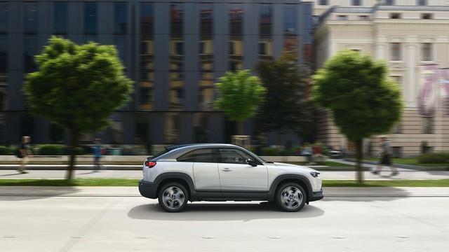Mazda đi ngược các đối thủ với mẫu xe mở cửa kiểu Rolls-Royce này - Ảnh 2.