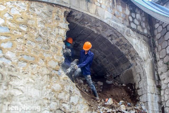 Hà Nội: Tiến hành thi công đục thông 5 vòm cầu Phùng Hưng - Ảnh 2.