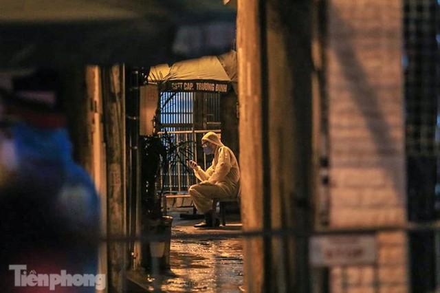 Phong tỏa ngõ trên phố Trương Định có người nghi mắc COVID-19 trong đêm - Ảnh 2.