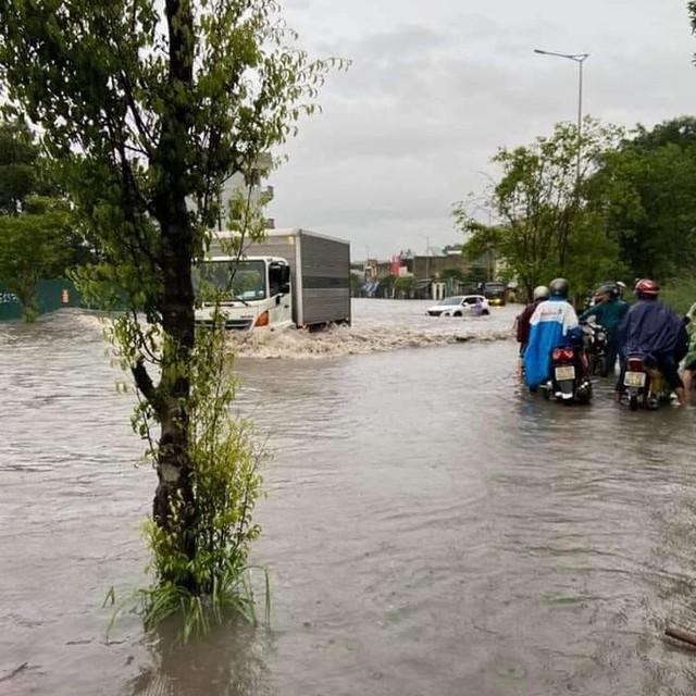 Hạ Long lại thất thủ sau mưa lớn: Sát biển sao đường phố vẫn chìm sâu trong nước? - Ảnh 1.