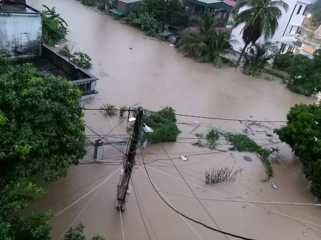 Hạ Long lại thất thủ sau mưa lớn: Sát biển sao đường phố vẫn chìm sâu trong nước? - Ảnh 2.
