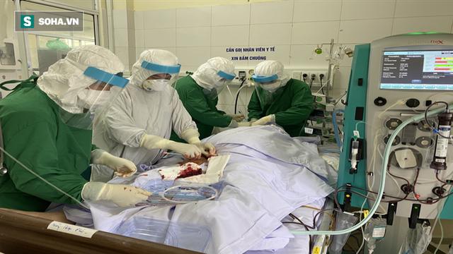 [Ảnh] Cận cảnh hành trình 15 ngày đưa bệnh nhân Covid-19 từ cửa tử trở về của các y bác sĩ ở tâm dịch Đà Nẵng - Ảnh 1.