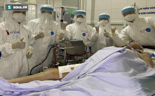 [Ảnh] Cận cảnh hành trình 15 ngày đưa bệnh nhân Covid-19 từ cửa tử trở về của các y bác sĩ ở tâm dịch Đà Nẵng - Ảnh 2.