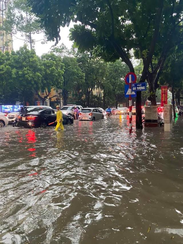 Hà Nội: Mưa to như trút nước lúc tan tầm, nhiều tuyến phố trung tâm lại biến thành sông - Ảnh 2.