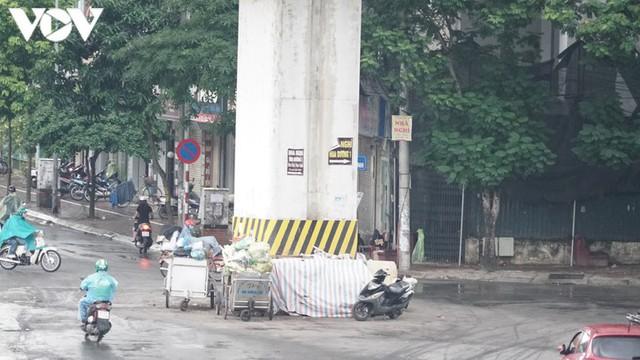 Rác thải, đỗ xe tự phát dọc tuyến đường sắt trên cao Cát Linh - Hà Đông - Ảnh 2.