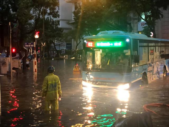 Hà Nội: Mưa to như trút nước lúc tan tầm, nhiều tuyến phố trung tâm lại biến thành sông - Ảnh 11.