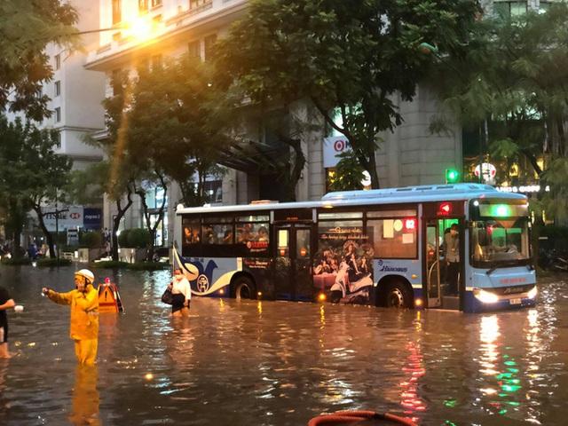 Hà Nội: Mưa to như trút nước lúc tan tầm, nhiều tuyến phố trung tâm lại biến thành sông - Ảnh 12.