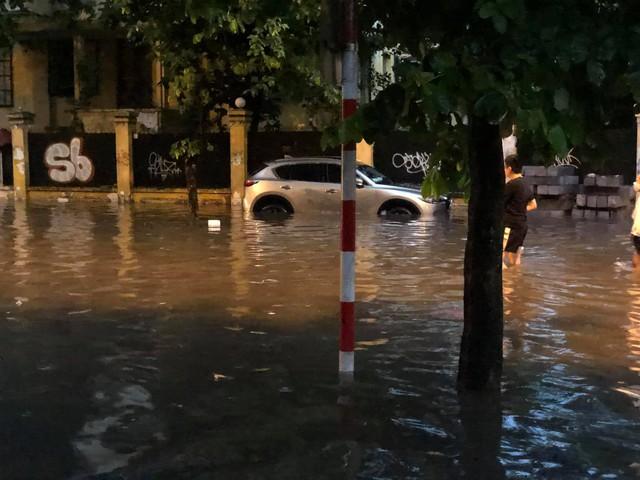 Hà Nội: Mưa to như trút nước lúc tan tầm, nhiều tuyến phố trung tâm lại biến thành sông - Ảnh 13.