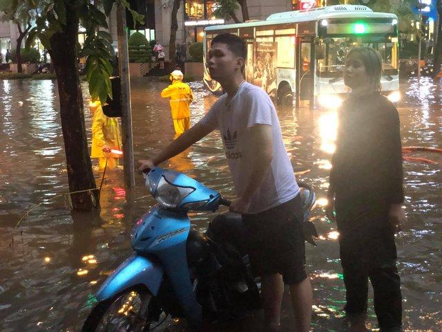 Hà Nội: Mưa to như trút nước lúc tan tầm, nhiều tuyến phố trung tâm lại biến thành sông - Ảnh 14.