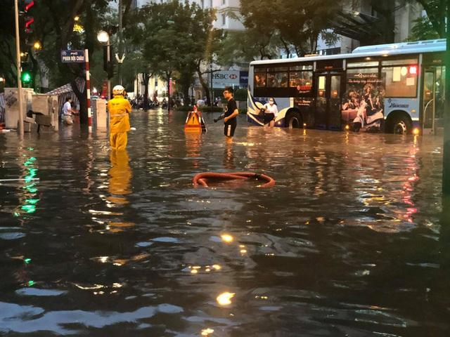 Hà Nội: Mưa to như trút nước lúc tan tầm, nhiều tuyến phố trung tâm lại biến thành sông - Ảnh 17.