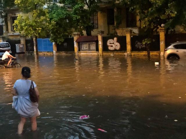 Hà Nội: Mưa to như trút nước lúc tan tầm, nhiều tuyến phố trung tâm lại biến thành sông - Ảnh 18.