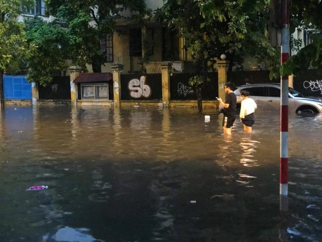 Hà Nội: Mưa to như trút nước lúc tan tầm, nhiều tuyến phố trung tâm lại biến thành sông - Ảnh 19.