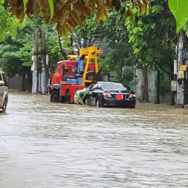 Hạ Long lại thất thủ sau mưa lớn: Sát biển sao đường phố vẫn chìm sâu trong nước? - Ảnh 3.