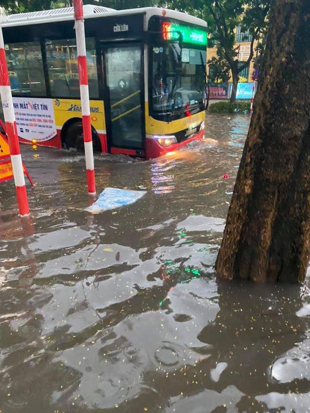 Hà Nội: Mưa to như trút nước lúc tan tầm, nhiều tuyến phố trung tâm lại biến thành sông - Ảnh 3.