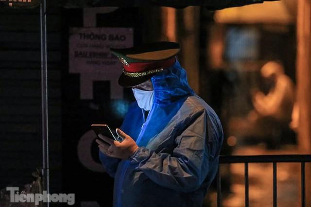 Phong tỏa ngõ trên phố Trương Định có người nghi mắc COVID-19 trong đêm - Ảnh 4.