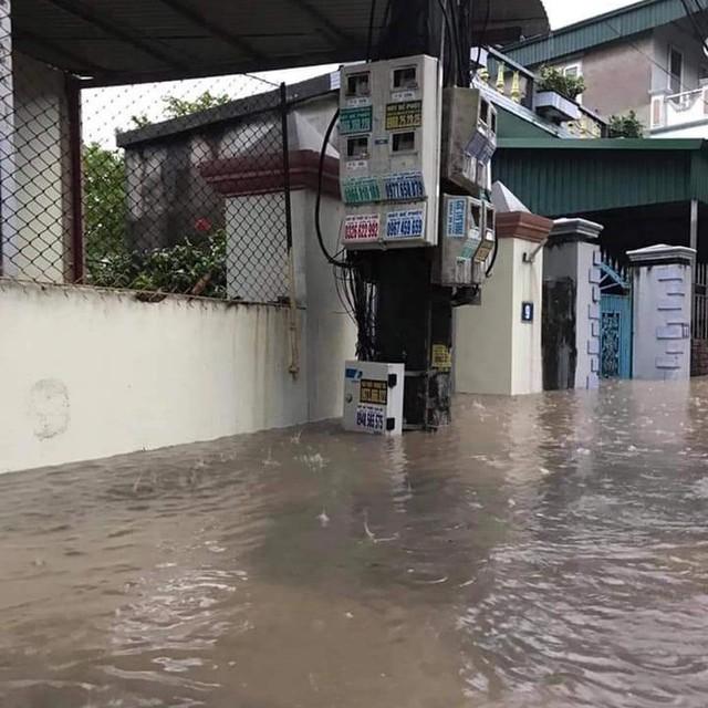 Hạ Long lại thất thủ sau mưa lớn: Sát biển sao đường phố vẫn chìm sâu trong nước? - Ảnh 4.
