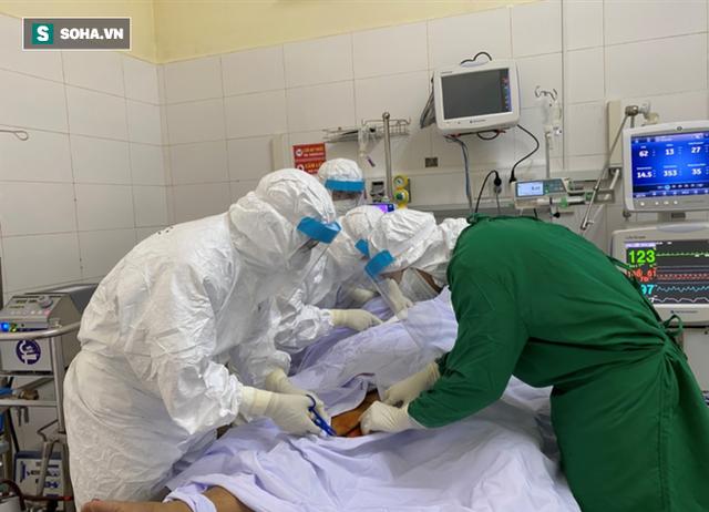 [Ảnh] Cận cảnh hành trình 15 ngày đưa bệnh nhân Covid-19 từ cửa tử trở về của các y bác sĩ ở tâm dịch Đà Nẵng - Ảnh 4.