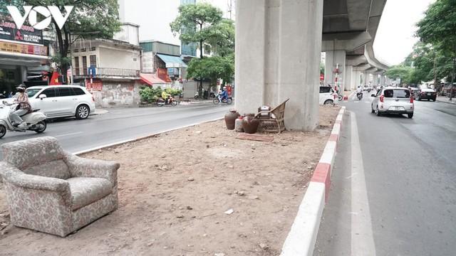 Rác thải, đỗ xe tự phát dọc tuyến đường sắt trên cao Cát Linh - Hà Đông - Ảnh 4.